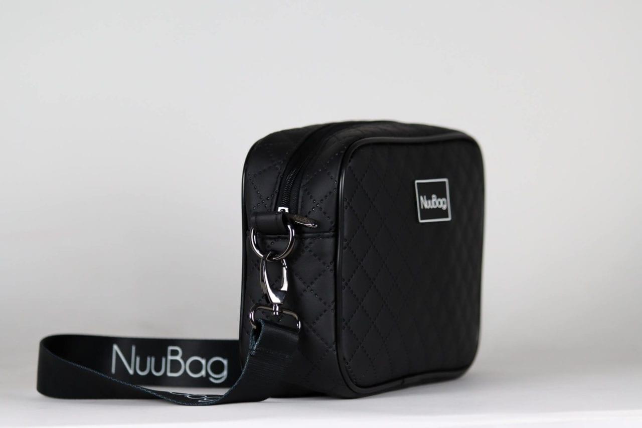 czarna torebka listonoszka pikowana