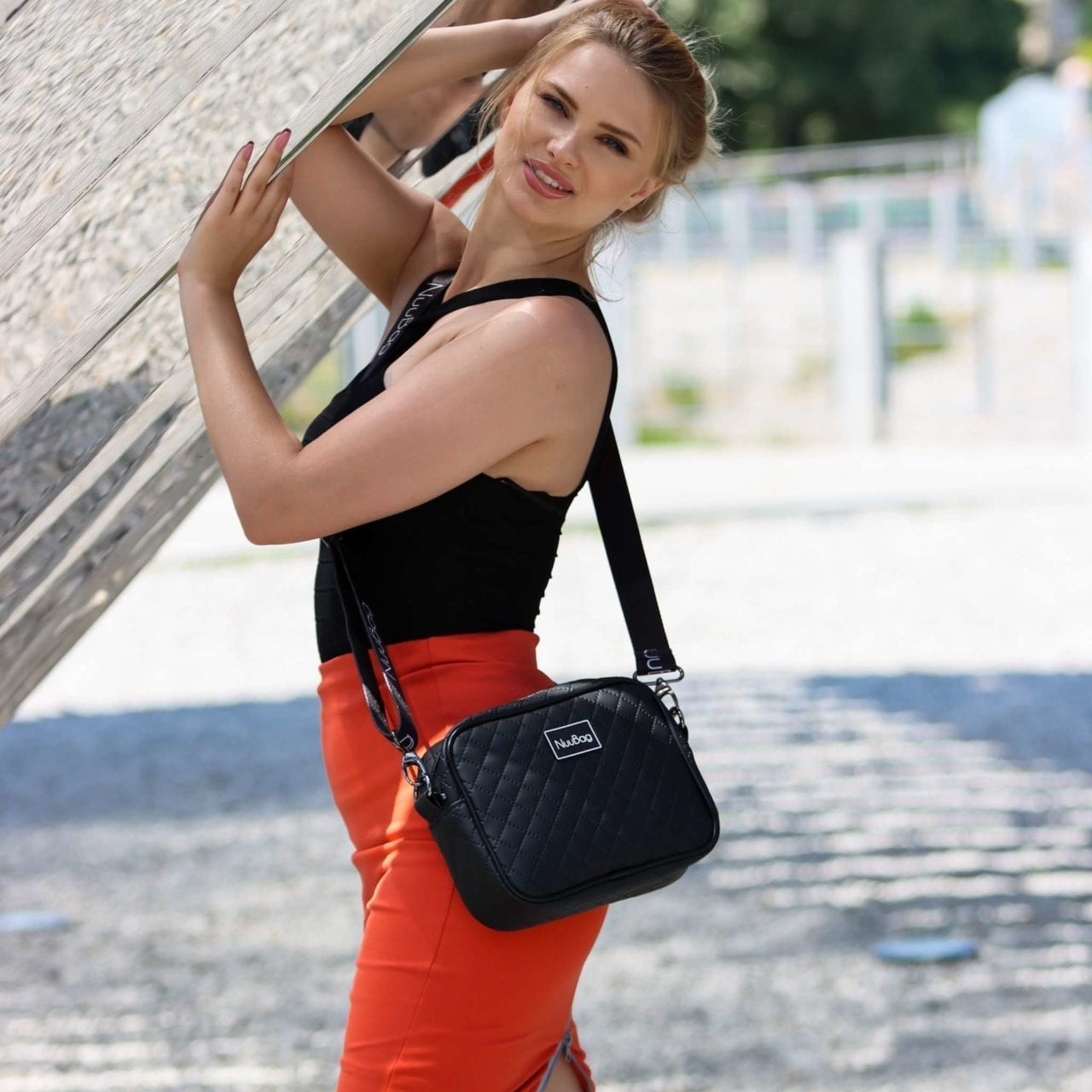 Czarna listonoszka damska - letnia stylizacja