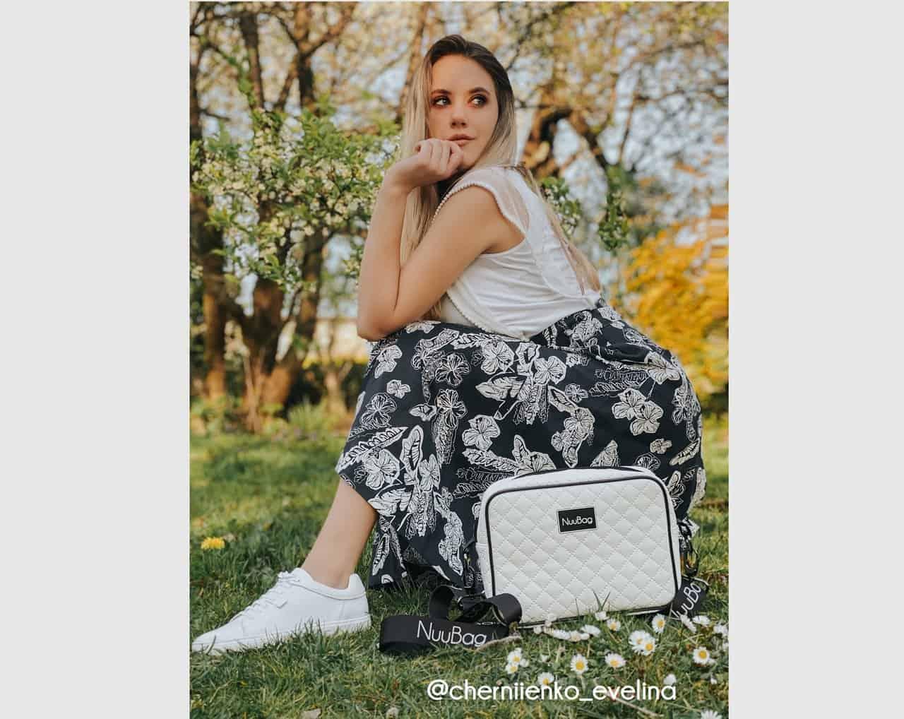 Biała torebka modelka