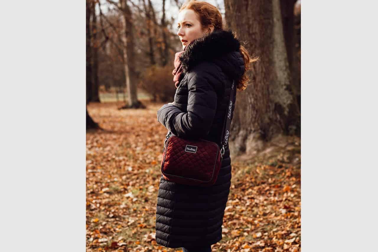 Ręcznie wykonana polska torebka w kolorze burgundowym. Zdjęcie z modelką