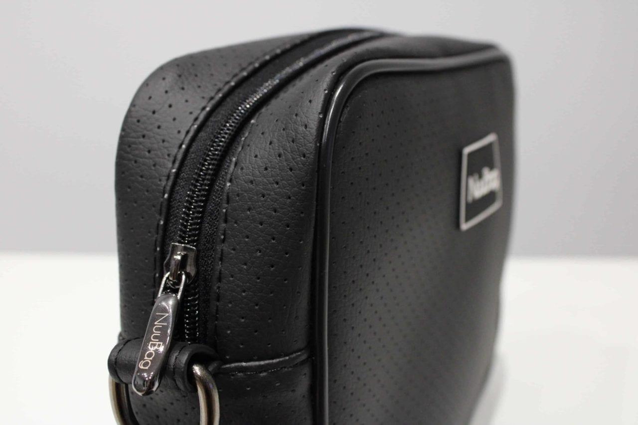 Mała czarna torebka skórzana. Listonoszka NuuBag