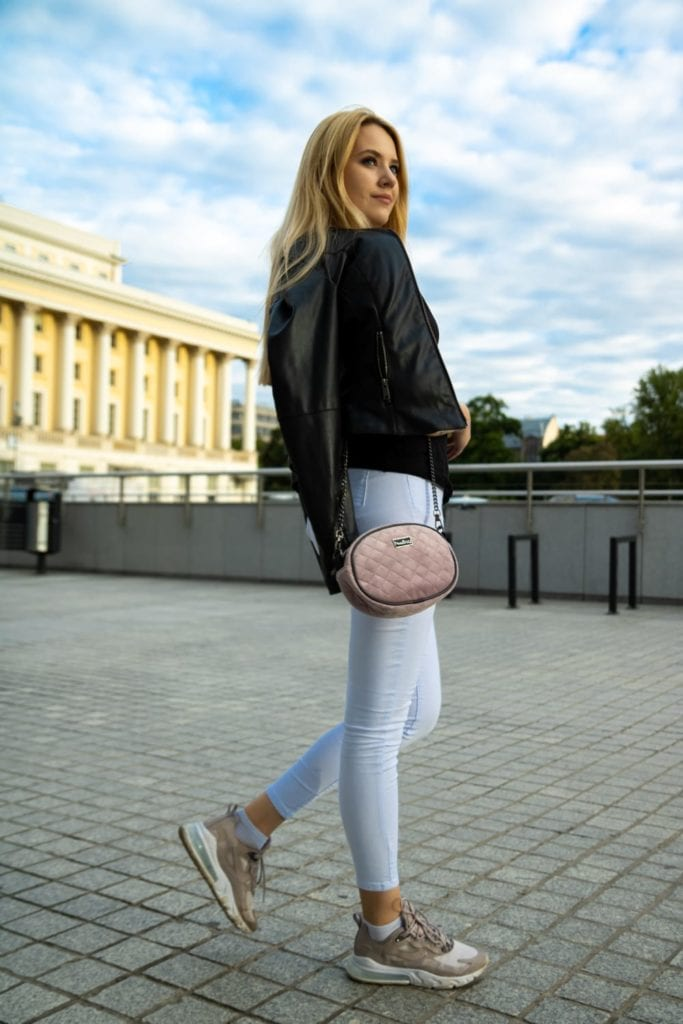 Różowa torebka na łańcuszku. Zdjęcie z modelką