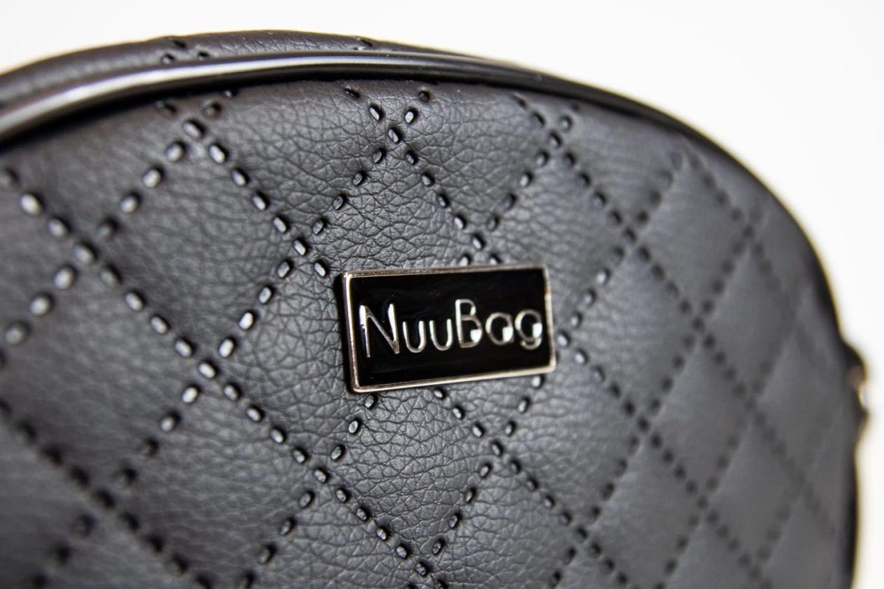 Czarna torebka na łańcuszku. Detal.