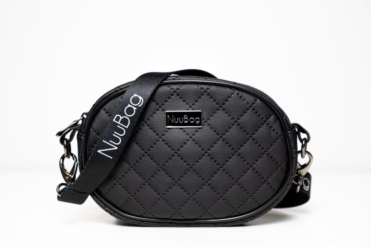 Czarna torebka na łańcuszku.