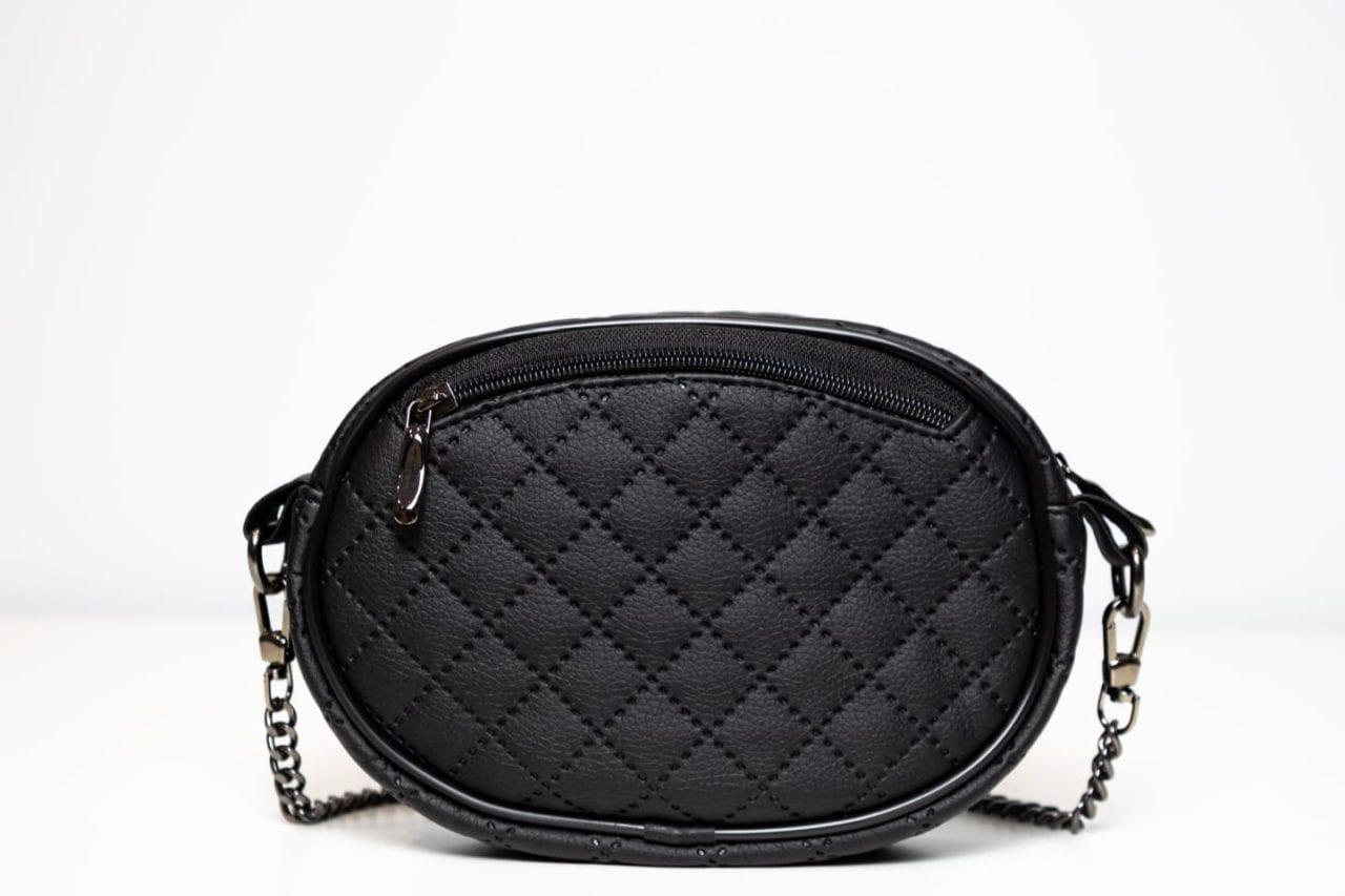Czarna torebka na łańcuszku. Tył.