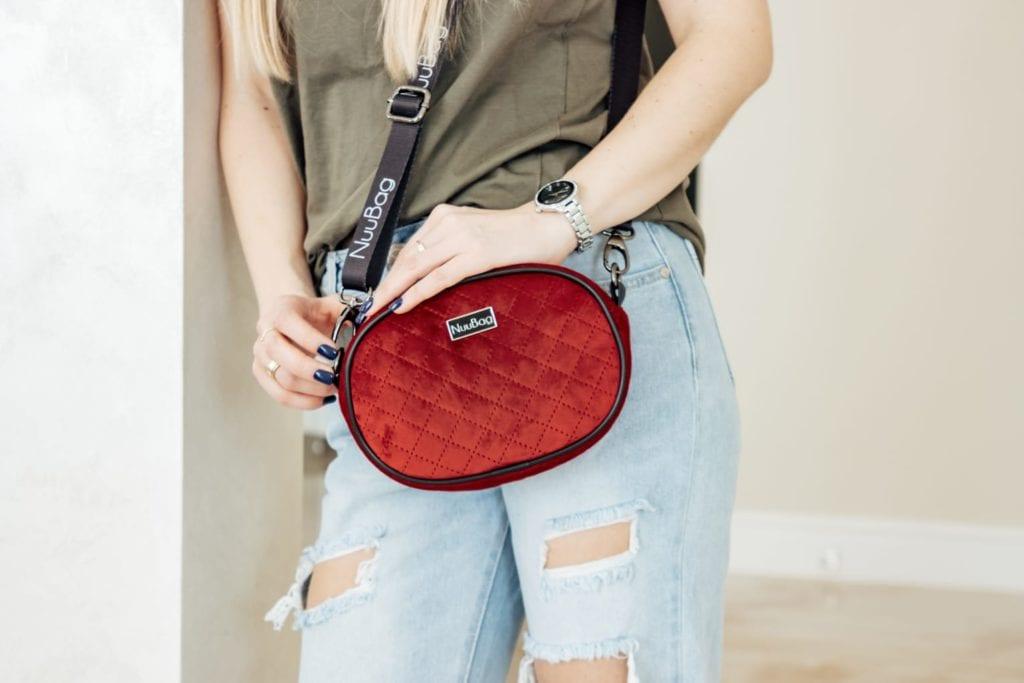czerwona torebka damska- ZDJĘCIE Z MODELKĄ