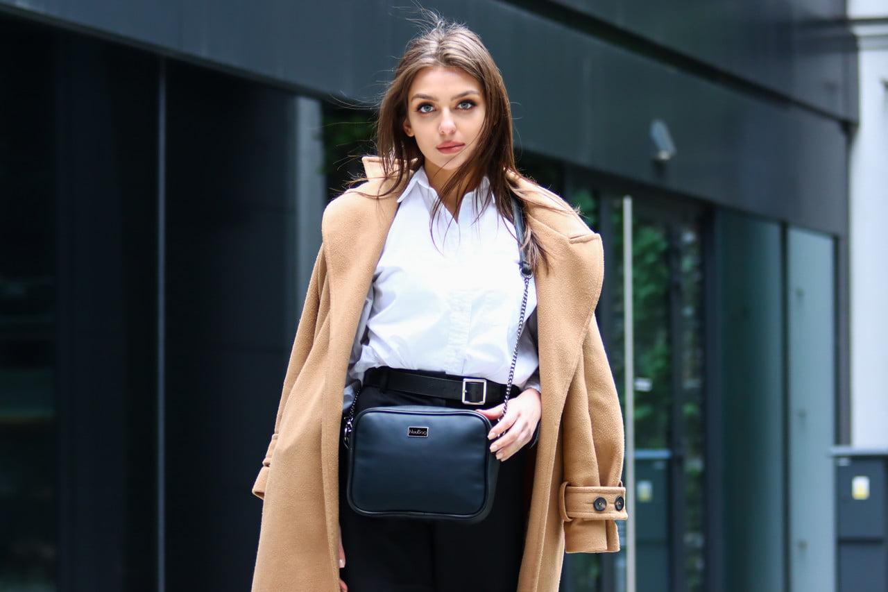Czarna torebka damska na łańcuszku. Modelka