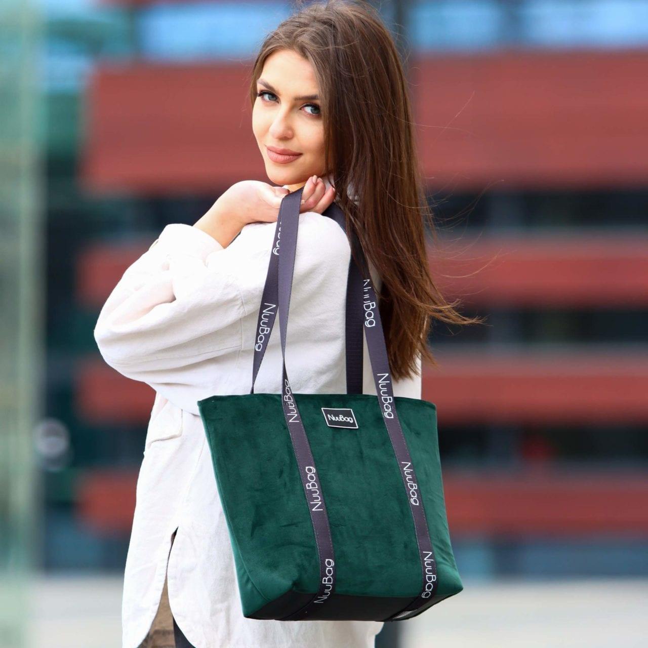 Stylizacja na co dzien z torba na zakupy. Shopperka butelkowa zielen