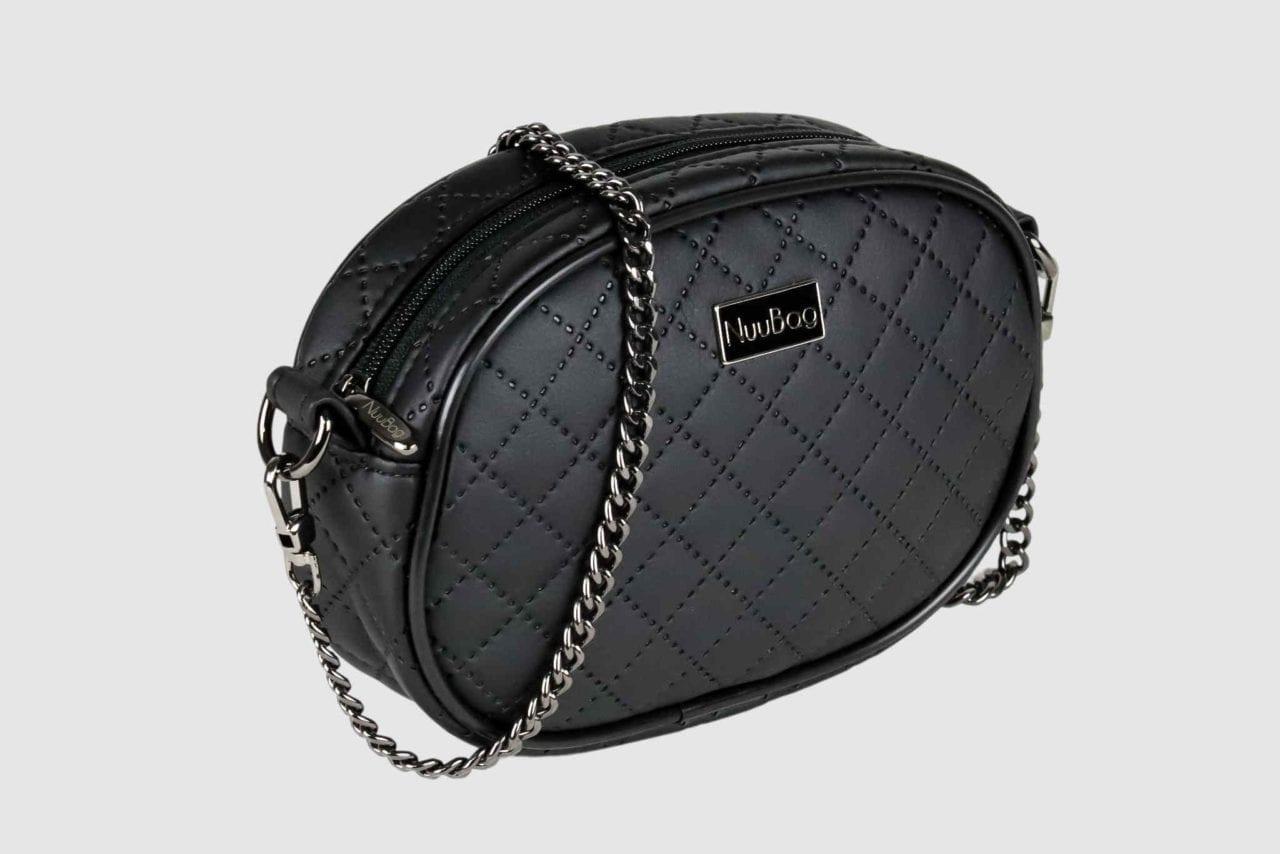 Czarna torebka na łańcuszku. Kopertówka